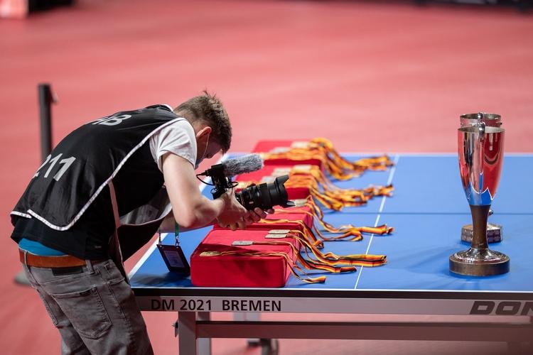 Die ersehnten Medaillen und Pokale lagen gut sichtbar für alle Titelanwärter bereit (©Thomas)