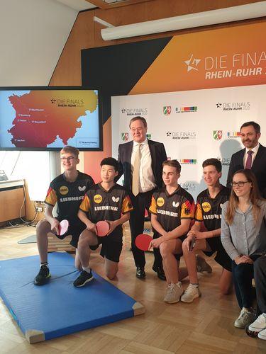 Vor Kurzem waren die deutschen Nachwuchstalente aus dem DTTI zu Gast im Düsseldorfer Landeshaus, wo sie sich mit NRW-Ministerpräsident Armin Laschet fotografieren ließen. (© Tim Metzlaff)
