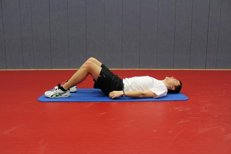 Übung 5 (Bauchmuskelaktivierung mit Streckung der LWS und BWS): Sie liegen auf dem Rücken, die Beine sind aufgestellt. (©Schäbitz)
